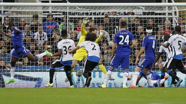 Willian (není na snímku) z Chelsea střílí gól do sítě Newcastlu. Zcela vlevo je Ramires, který na míč jen o kousek nedosáhl.