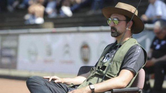 Německý trenér fotbalového klubu TV Jahn Hiesfeld odkoučoval poslední zápas sezony v netradičním převleku.