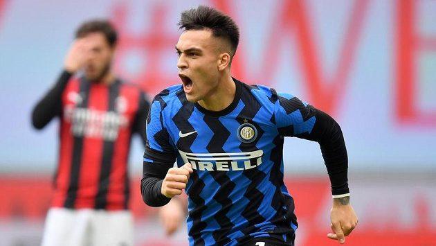 Lautaro Martínez z Interu Milán se raduje z gólu proti AC.