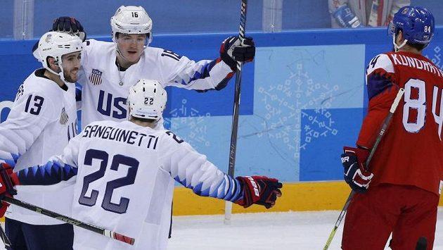 Američan Ryan Donato (č. 16) otevřel skóre olympijského čtvrtfinále s českým týmem. Vpravo obránce Tomáš Kundrátek.