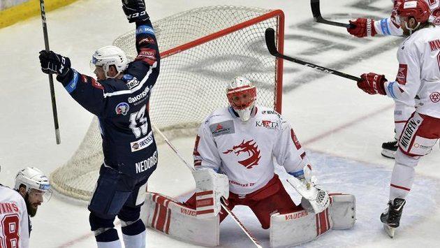 Plzeňský útočník Milan Gulaš (druhý zleva) poté, co překonal Šimona Hrubce v brance Třince. S rukama nad hlavou se raduje Václav Nedorost z Plzně.