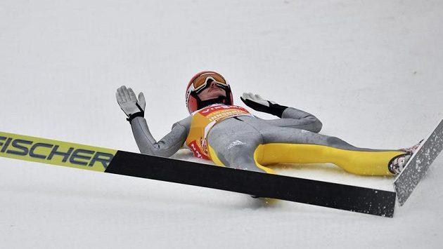 Německý skokan na lyžích Richard Freitag leží na zemi po pádu na můstku v Innsbrucku.