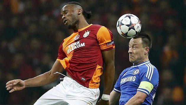 Didier Drogba (vlevo) v hlavičkovém souboji se stoperem Chelsea Johnem Terrym.