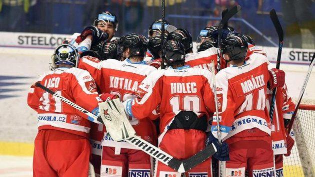 Hráči Olomouce se radují z vítězství na ledě Vítkovic.
