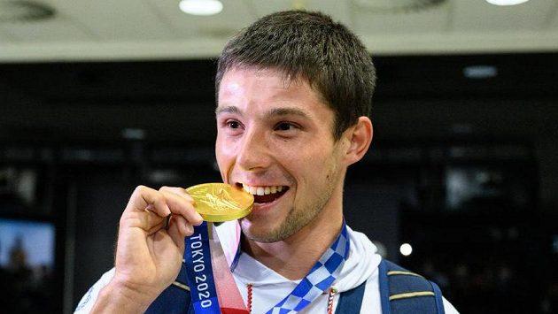 Vodní slalomář Jiří Prskavec pózuje se zlatou medailí z Tokia po návratu do Prahy.