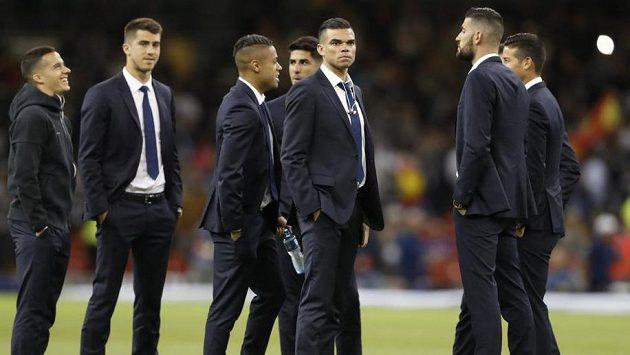 Portugalský stoper Pepe (třetí zprava) stojí se zraněnými spoluhráči z Realu Madrid na stadiónu v irském Cardiffu před výkopem finále Ligy mistrů mezi Bílým baletem a Juventusem - ilustrační snímek.