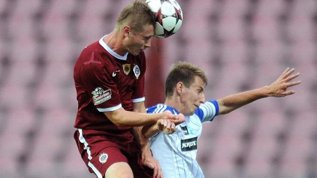 Obránce Sparty Jakub Brabec (vlevo) dává druhý gól v podzimním utkání se Znojmem.