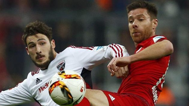 V souboji Xabi Alonso (vpravo) z Bayernu a Mathew Leckie z Ingolstadtu.