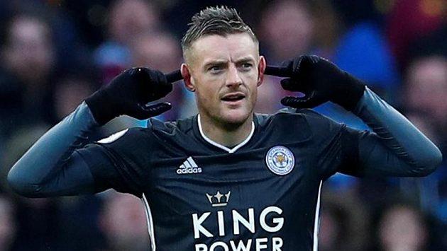 Fotbalista Leicesteru City Jamie Vardy se raduje z gólu proti Aston Ville.