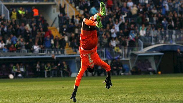 Brankář Malagy Carlos Kameni oslavuje gól svého týmu v utkání s Realem.