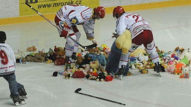 Hokejisté Třince sbírají plyšáky od svých fanoušků