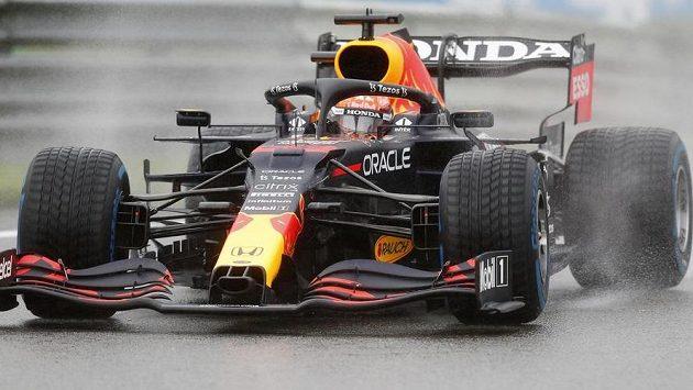 Max Verstappen na trati během deštivé Velké ceny Belgie.