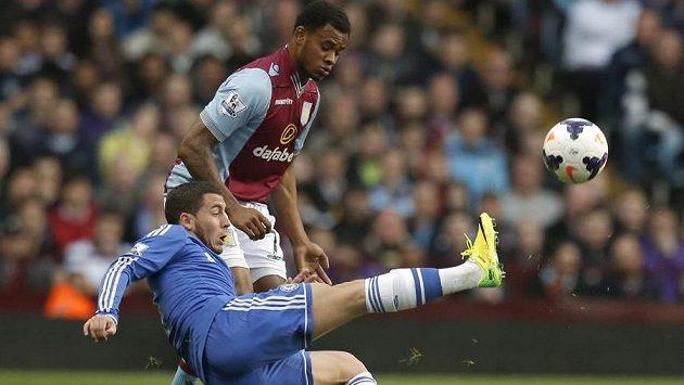 Eden Hazard (dole) z Chelsea bojuje o míč s Leandrem Bacunou z Aston Villy.