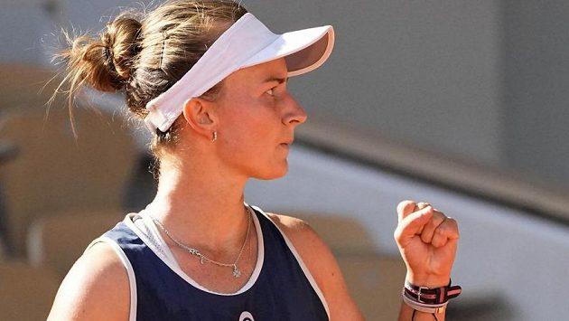 Barbora Krejčíková slaví vítězný míč.