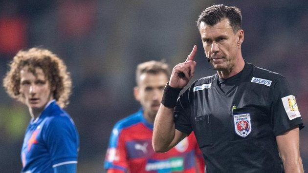 Rozhodčí Pavel Franěk během komunikace s videorozhodčím.
