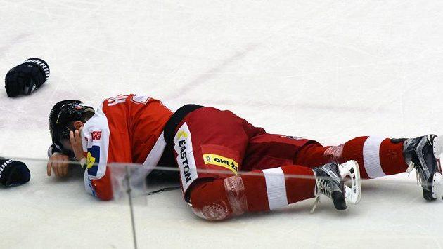 Olomoucký hráč Peter Húževka po nechtěném zásahu hokejkou do obličeje od protihráče.