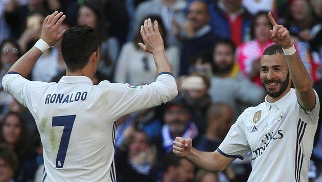 Cristiano Ronaldo a Karim Benzema oslavují jeden z gólů Realu Madrid.