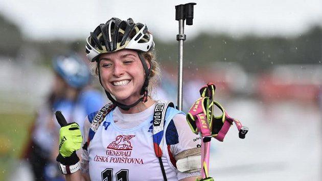 Rozesmátá Markéta Davidová po triumfu v supersprintu na mistrovství světa v biatlonu na kolečkových lyžích v Novém Městě na Moravě.