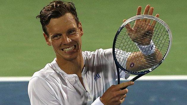 Tomáš Berdych se na turnaji v Dubaji raduje po semifinálové výhře nad Philippem Kohlschreiberem.