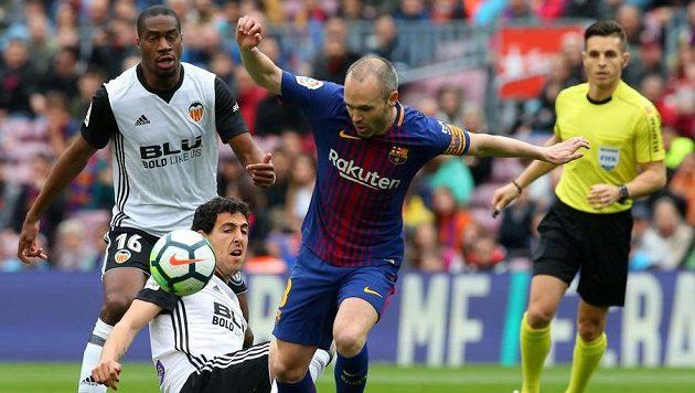 Andres Iniesta z Barcelony při utkání s Valencií.