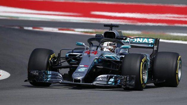 Lewis Hamilton na okruhu v Barceloně.