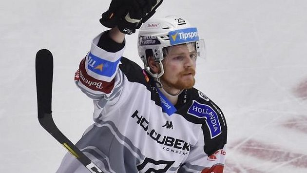 David Kaše z Karlových Varů se raduje ze svého vítězného samostatného nájezdu.