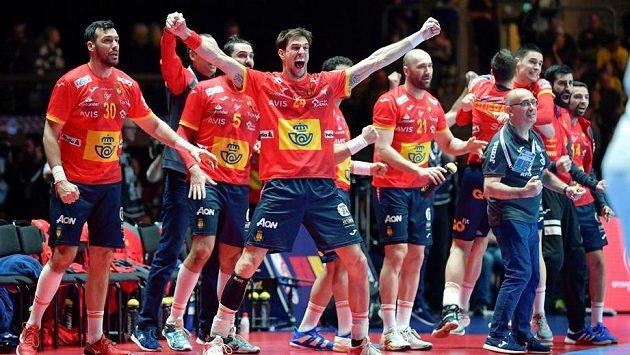 Radost Španělů v posledních sekundách boje s Chorvaty.