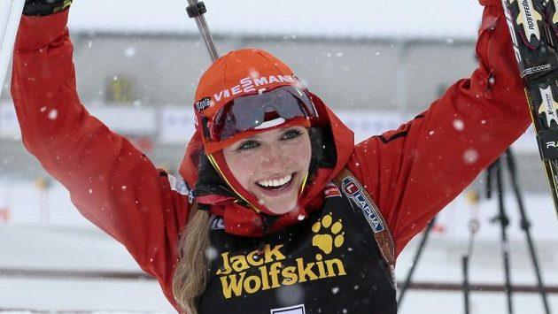 Biatlonistka Gabriela Soukalová se raduje ze zlatého hattricku.