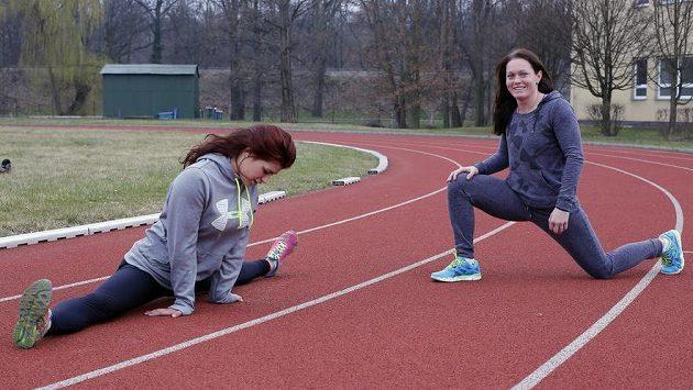 Lenka Hocková (vpravo) na archivním snímku při tréninku s další zápasnicí Adélou Hanzlíčkovou.