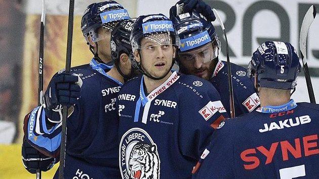 Michal Bulíř se raduje se spoluhráči z druhého gólu.