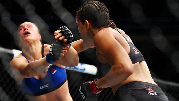 Brazilská šampiónka Amanda Nuněsová zasahuje americkou vyzývatelku Rondu Rouseyovou v zápase UFC 207 v Las Vegas.