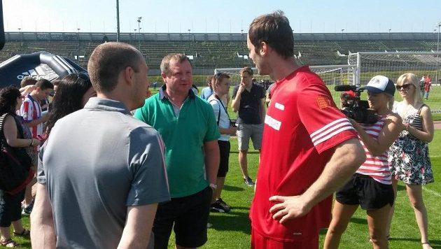 Na letní fotbalovou školu Petra Čecha (v červeném) přišel i kouč reprezentace Pavel Vrba.