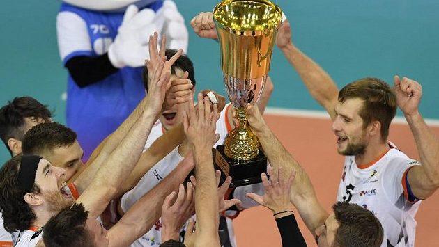 Hráči Karlovarska se radují s pohárem pro vítěze.