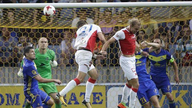 Slávista Milan Škoda (třetí zleva) střílí vyrovnávací gól na 1:1 v odvetě 3. předkola Ligy mistrů v Borisově.
