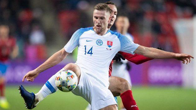 Obránce Slovenska Milan Škriniar a český útočník Martin Doležal během utkání Ligy národů v Praze.