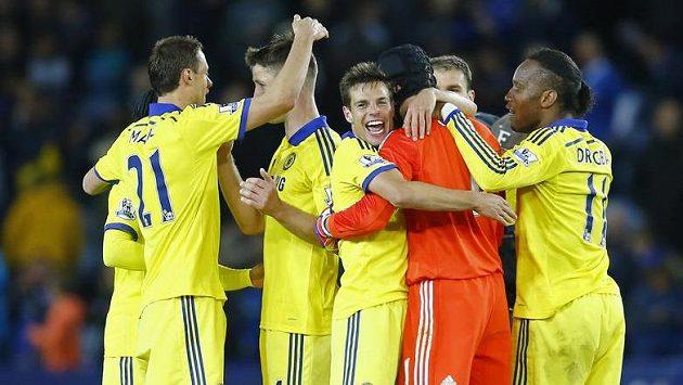 Hráči Chelsea se radují po ligové výhře nad Leicesterem.