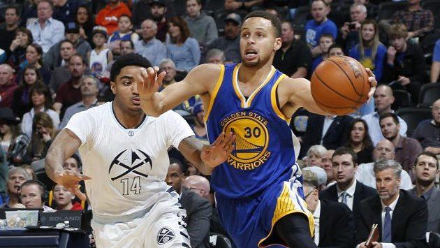 Rozehrávač Golden State Stephen Curry (vpravo) se zkouší prosadit přes bránícího Garyho Harrise z Denveru.