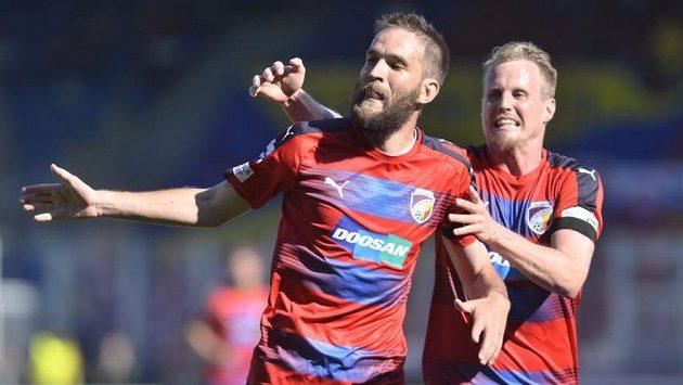 Plzeňští Marek Bakoš (vlevo) a David Limberský se radují z prvního gólu proti Jihlavě.