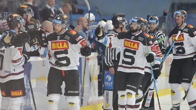 Hráči Sparty se radují z gólu v Plzni.