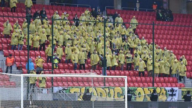 Fanoušci fotbalistů Žiliny přijeli do Trnavy s originálním choreem. Převlékli se za Mimoně.