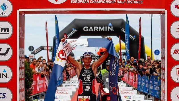 Filip Ospalý v cíli při ME ve středním triatlonu v Rimini.