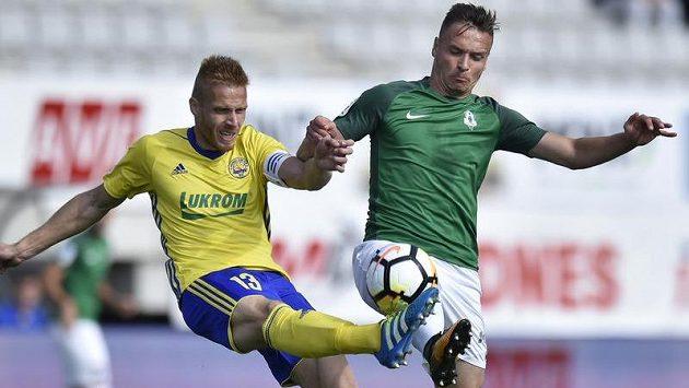 Tomás Janíček ze Zlína v souboji se Stanislavem Teclem z Jablonce v utkání 5. kola první fotbalové ligy.
