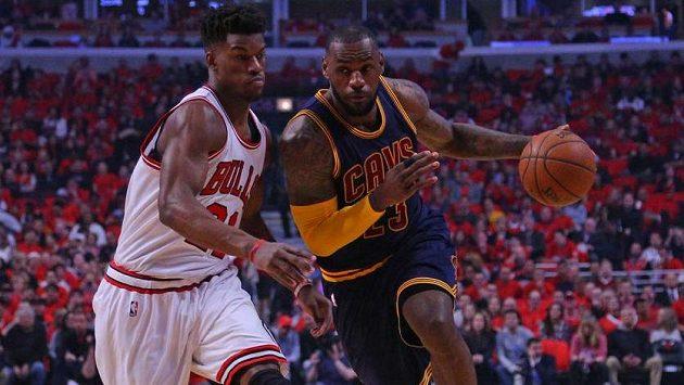 Driblujícího LeBrona Jamese z Clevelandu se snaží zastavit Jimmy Butler z Chicaga.