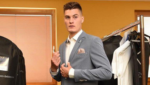 Jak se vám líbí...? Patrik Schick při zkoušce oblečení pro šampionát v Polsku.
