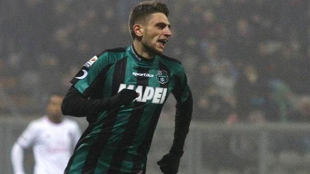 Domenico Berardi z týmu Sassuolo oslavuje svůj čtvrtý gól proti AC Milán.