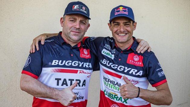 Střídání stráží, Martin Šoltys (vlevo) předává žezlo Ignaciovi Casalemu.