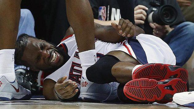 DeMarre Carroll z Atlanty si v utkání play off NBA s Clevelandem zranil koleno.