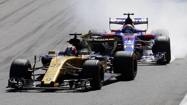 Nico Hülkenberg v akci s Carlosem Sainzem z Toro Rosso.
