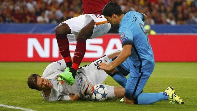Brankář AS Řím Wojciech Szczesny si po kontaktu s kopačkou Luise Suáreze poranil ruku.