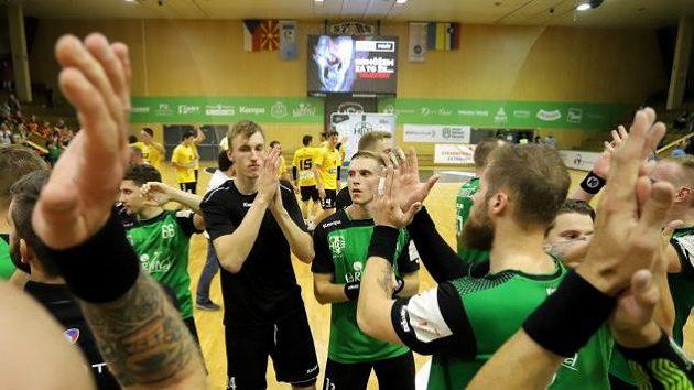 Házenkáři Karviné na obrázku po vítězném utkání v Challenge cupu.